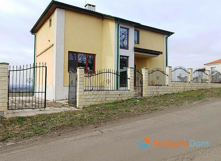 Новый двухэтажный дом на берегу озера. Фото 2