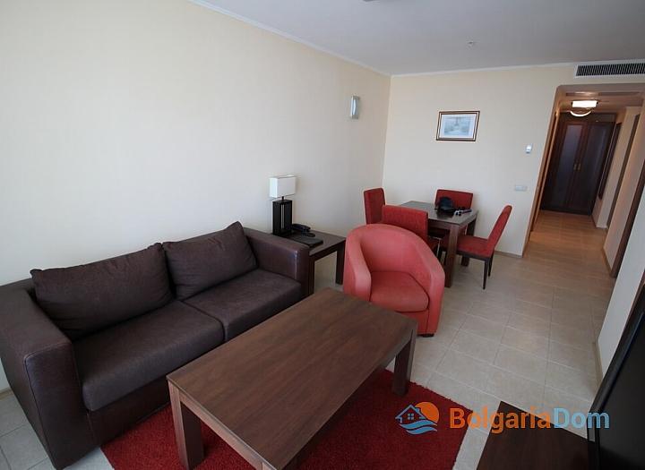 Апартамент с двумя спальнями на первой линии моря. Фото 1