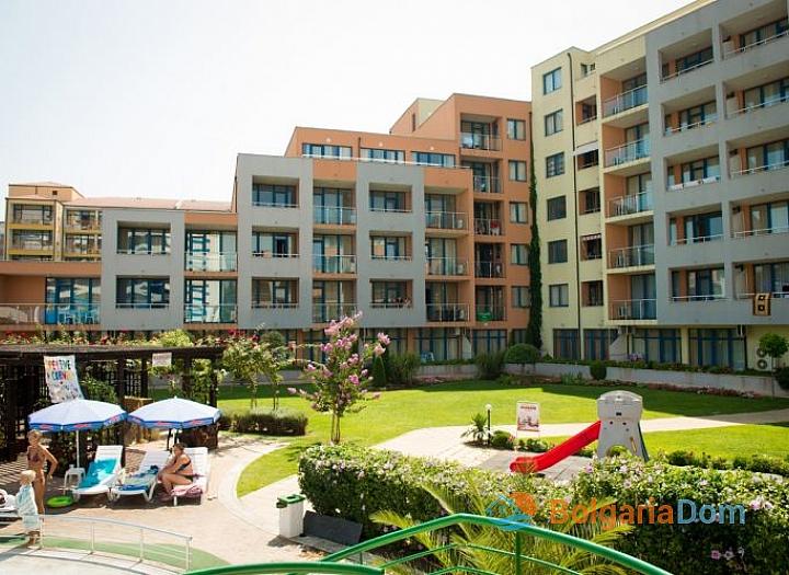 Двухкомнатная квартира в отличном комплексе в центре Солнечного Берега. Фото 1