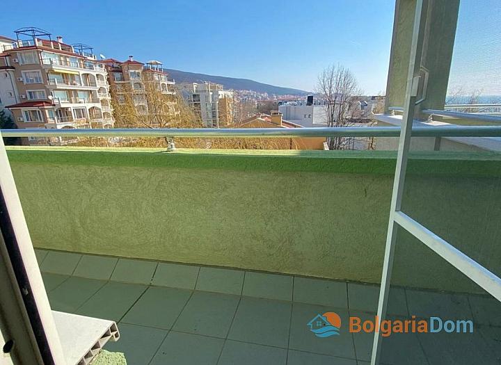 Большая двухкомнатная квартира с боковым видом на море рядом с пляжем. Фото 9