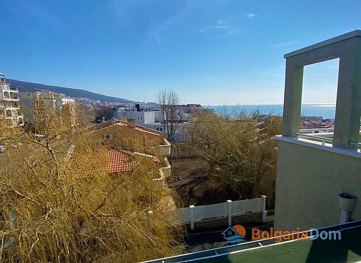 Большая двухкомнатная квартира с боковым видом на море рядом с пляжем. Фото 7