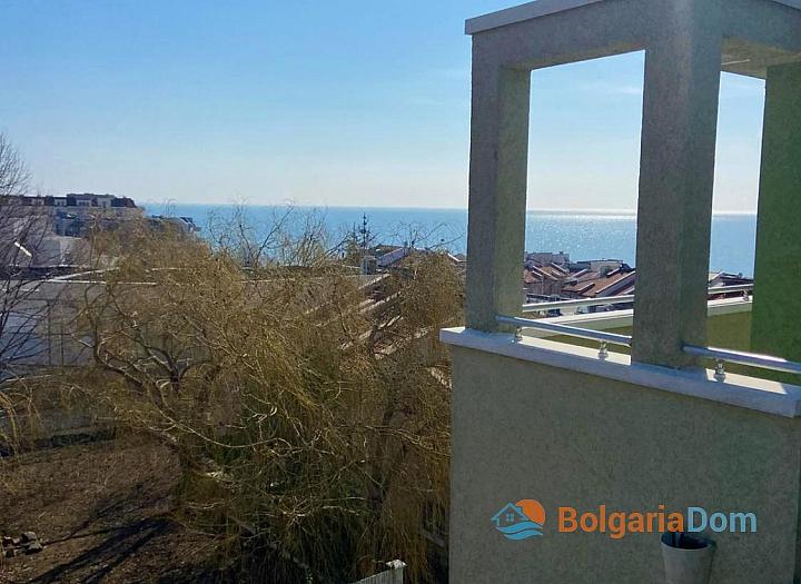 Большая двухкомнатная квартира с боковым видом на море рядом с пляжем. Фото 14