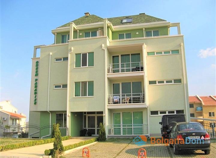 Большая двухкомнатная квартира с боковым видом на море рядом с пляжем. Фото 5