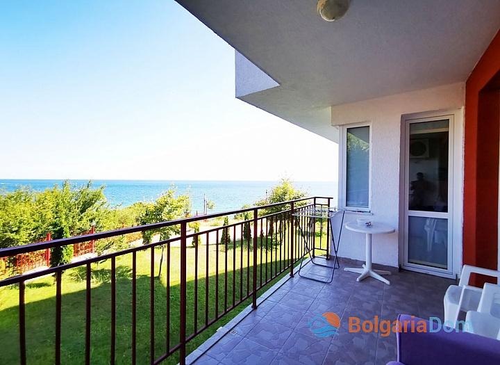Двухкомнатная квартира с панорамным видом на море на первой линии. Фото 1