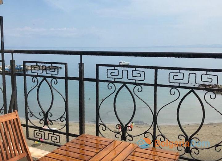 Апартамент с панорамной террасой на первой линии в Поморие. Фото 17