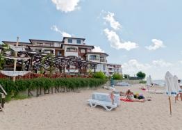 Квартира с 2 спальнями с видом на море на первой линии в Елените. Фото 1