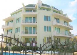 Большая двухкомнатная квартира с боковым видом на море рядом с пляжем. Фото 1