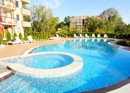 Просторная двухуровневая квартира с видом на бассейн. Фото 3