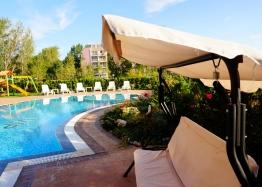 Просторная двухуровневая квартира с видом на бассейн. Фото 4