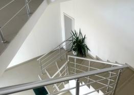 Новая красивая трехкомнатная квартира в жилом доме в центре Равды. Фото 14