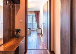 Двухкомнатная квартира с видом на море у подножья гор. Фото 1